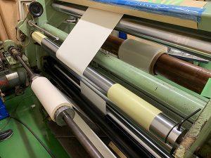 タック紙と両面テープの貼り合わせ加工